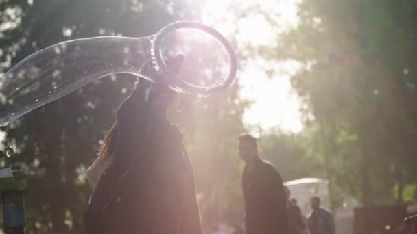 Kineret, Izrael, 6 dubna 2018 - pomalý pohyb lidí mýdlové bubliny