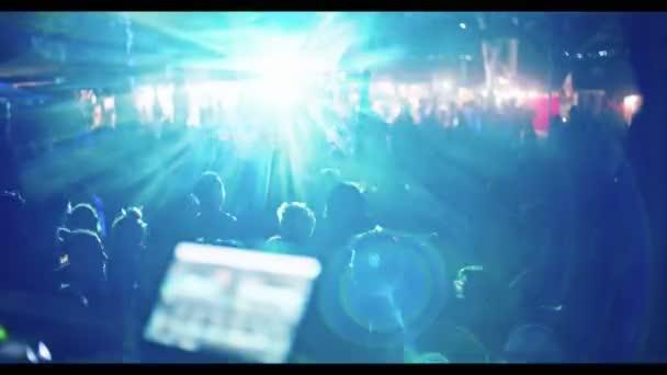 DJ hraje na velkých trance party s velkým davem lidí, tanec