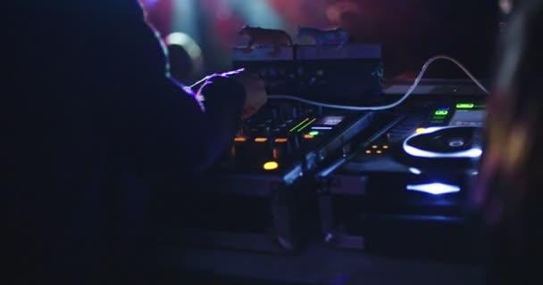 DJ zenét játszik egy nagy szabadtéri dance party, tánc emberekkel