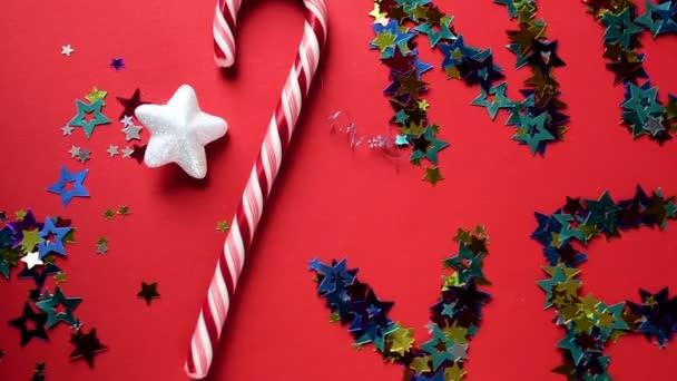 nápis barevné hvězdy nový rok na červeném pozadí