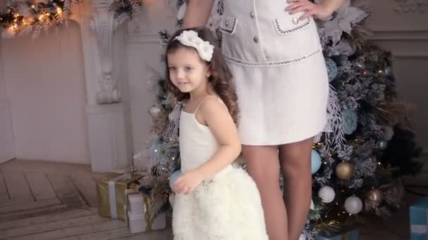 Mutter und Tochter drei Jahre stehen am Weihnachtsbaum