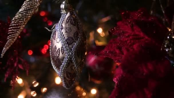 Vánoční dekorace koule s smrkových větví ve sněhu