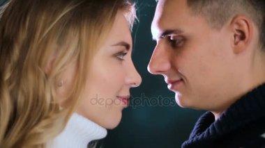 chlap s blond dívka v svetry líbání