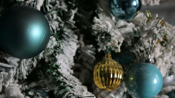 Multi-barevné vánoční hračky na Vánoce sotva