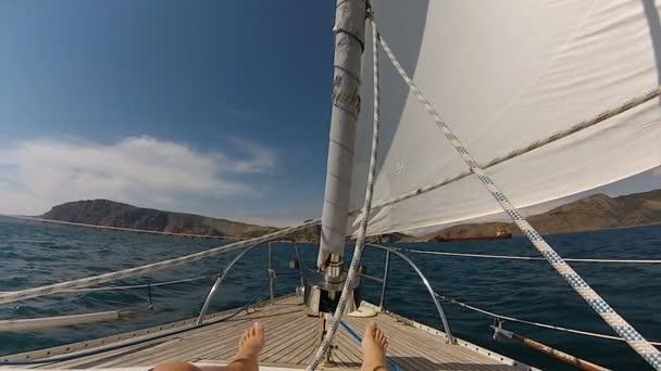 luk na jachtě s mans nohou v černém moři