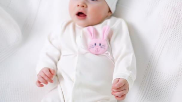Dětská dívka bílý pletený svetr s růžový králík