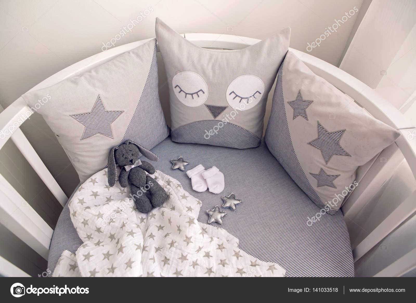 cama bebé blanco con cojines gris redonda — Fotos de Stock © lena ...
