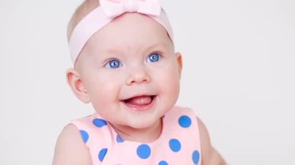 kislány a kötést, fején rózsaszín Petty ruha