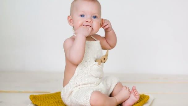 malá holčička v pletené kombinéza sedí