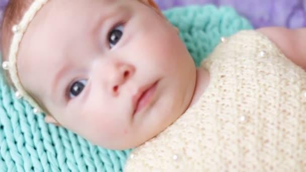 kis baba lány feküdt egy ágyban bölcső, türkiz és lila