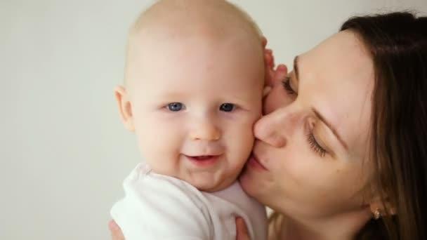 matka, líbání baby syn hlídání u vás doma