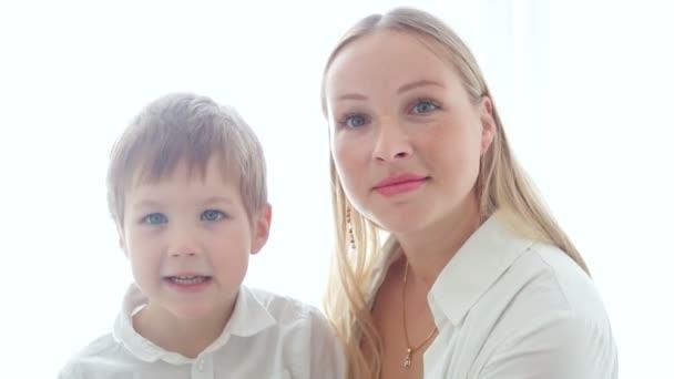 matka a syn sedí u domácí vzrušující