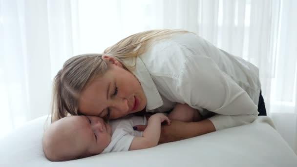 matka hladila novorozené dítě ležící