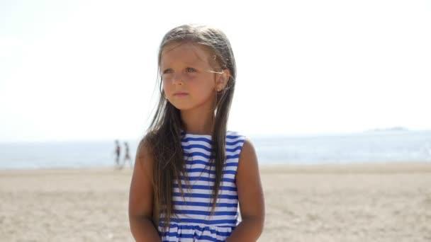 kislány van a strandon