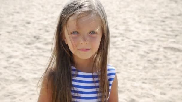 Holčička je na pláži