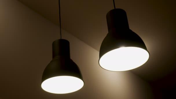 Kronleuchter Eisen ~ Schwarzes eisen kronleuchter lampen in der bar u stockvideo lena