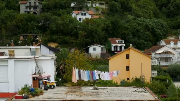 Verschiedene farbige Wäsche trocknen draußen auf dem Dach in Montenegro