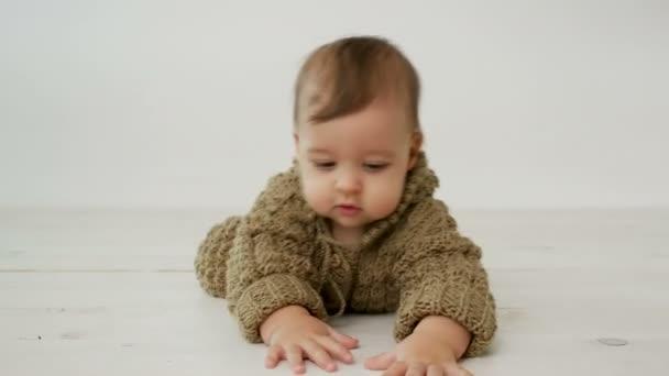 chlapeček procházení na podlaze v pletené