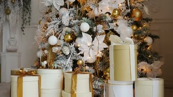 vánoční stromeček s hračkami a světla