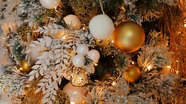 Karácsonyi játékok lóg egy fenyőfa