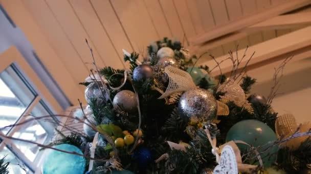 Weihnachtsbaum mit Kugeln und Ornamenten