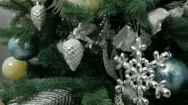 vánoční stromeček s míčky a ornamenty