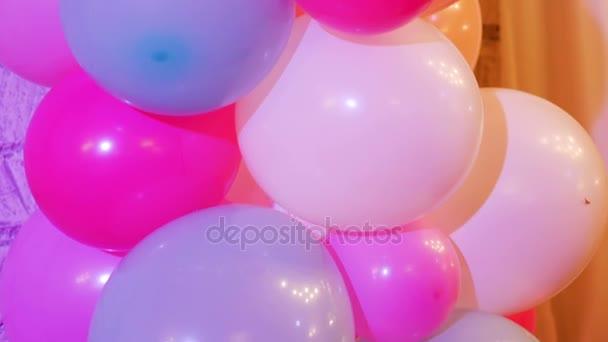 parta barevných balónků