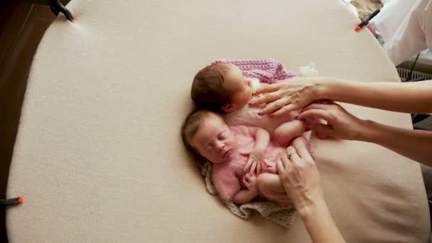 kolébání dvě dvojčata holky