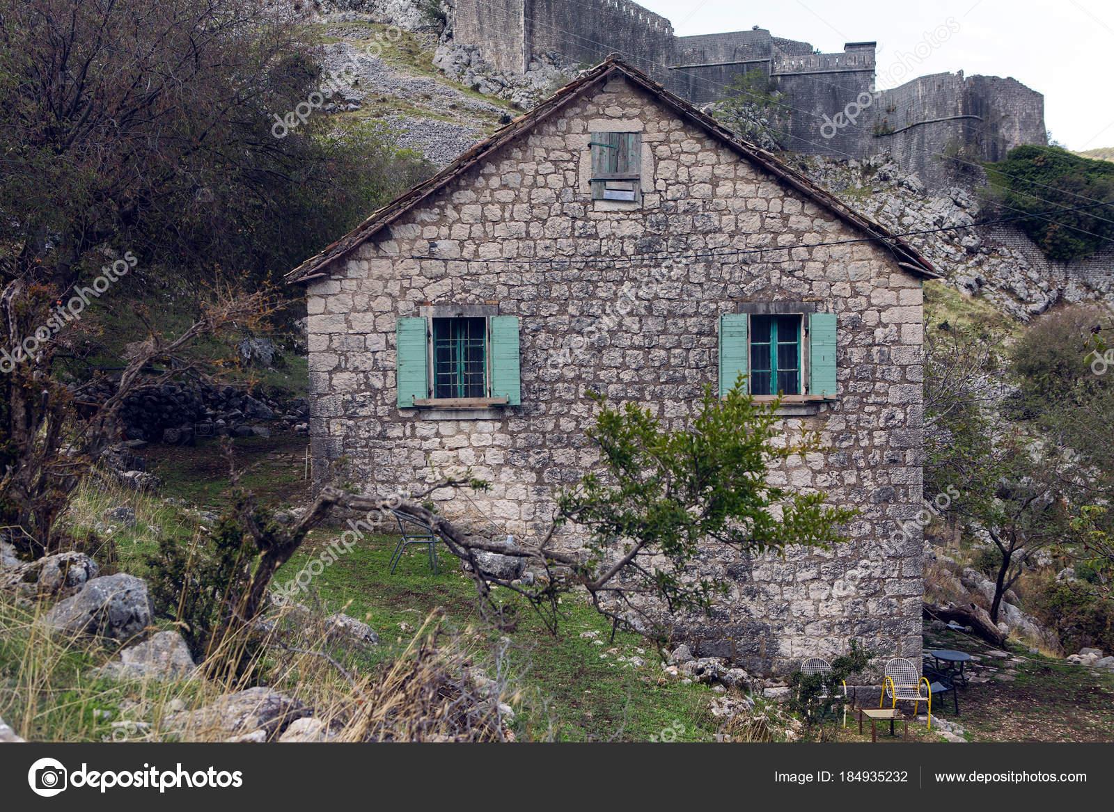 Case Di Montagna In Pietra : Vecchia casa di pietra in montagna u foto stock lena saulich