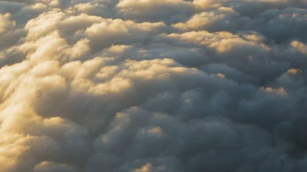 Kupovité mraky při západu slunce