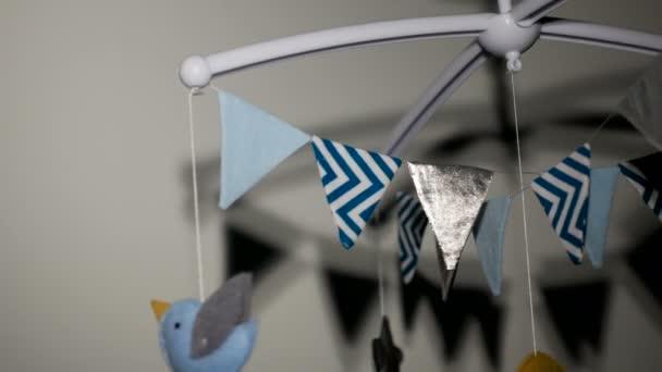 Babymobil mit blauem handgenähtem Tier- und Vogelspielzeug mit gelbem Mond