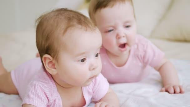 lányok ikertestvérek, rózsaszín ruhát