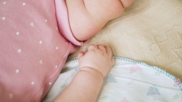 dítě za ruku ležet v posteli