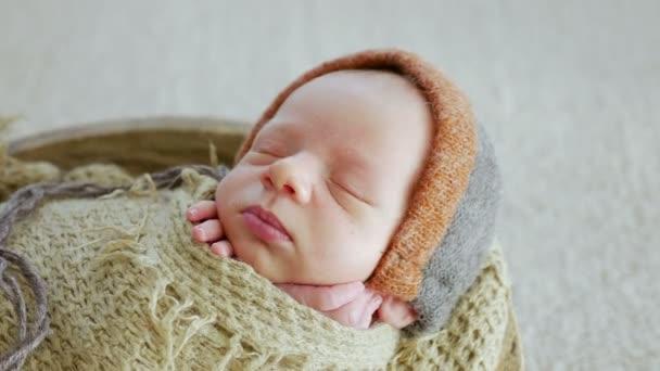újszülött fiú swaddled alszik