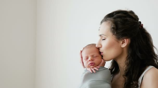 Maminka drží svého novorozeného syna