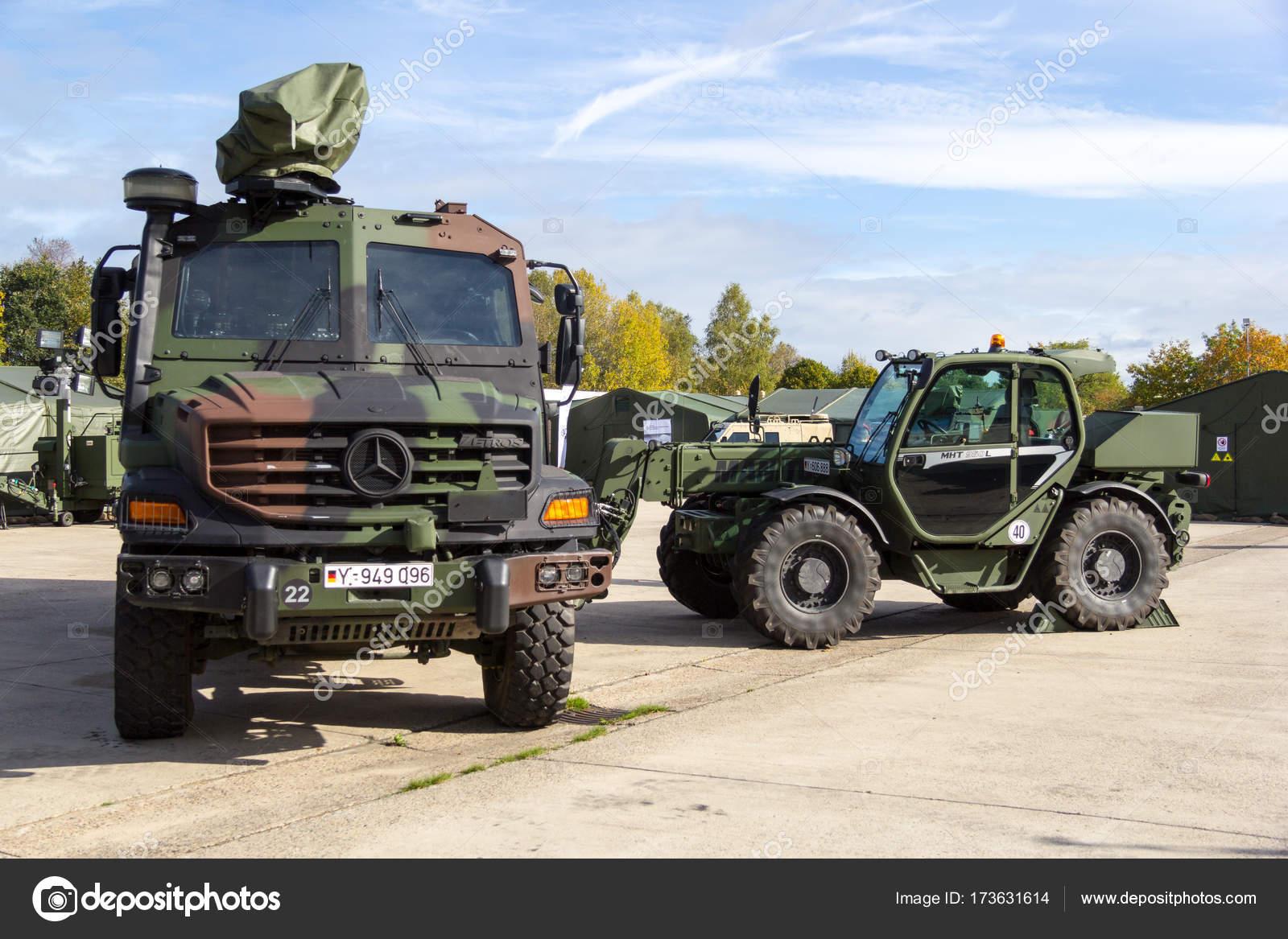 Mercedes Benz Zetros Vrachtwagen En Manitou Mht 950 Verreiker Uit