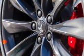 Fuerth / Německo - 4. března 2018: Tesla logo na auto Tesla, Tesla, Inc. je americká společnost, která se specializuje na elektrický automobilový průmysl, skladování energie a výrobu solárních panelů