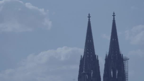 Schwenk vom Kölner Dom zum Himmel in 4k und s-log3. von rechts nach links. Kölner Dom. mittlerer Schuss.