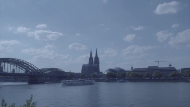 Zeitraffer Rhein / Kölner Dom in 4k und s-log3. Boote fahren vorbei. Kölner Dom. Weitschuss.