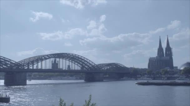 Zeitraffer-Boot vorbei am Kölner Dom und unter der Hohenzollernbrücke / Rhein in 4k und s-log3. Kölner Dom. Weitschuss.