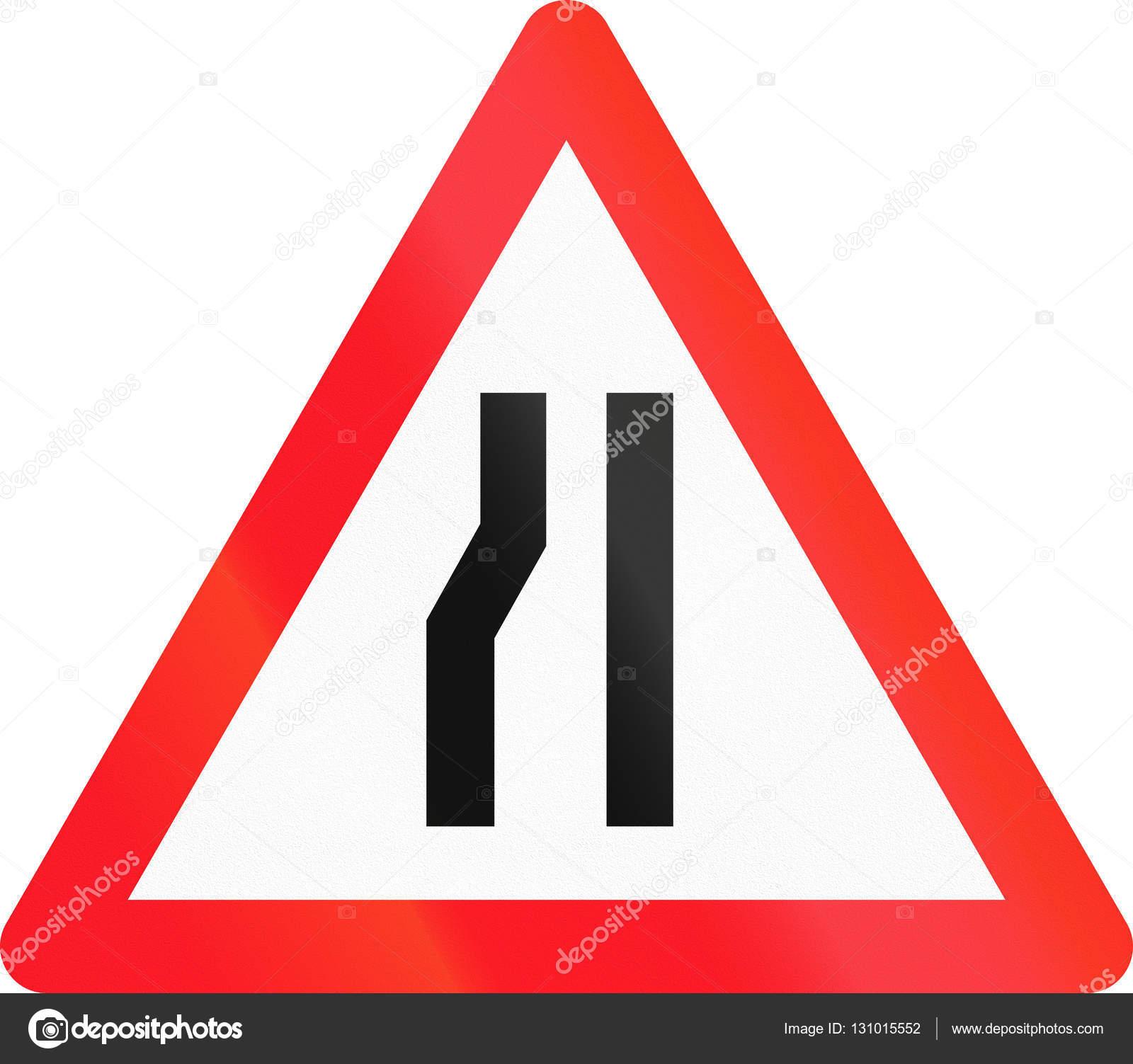 27fb0d2f0c2a Señal de advertencia utilizado en Suiza - camino se va estrechando a  izquierda — Foto de
