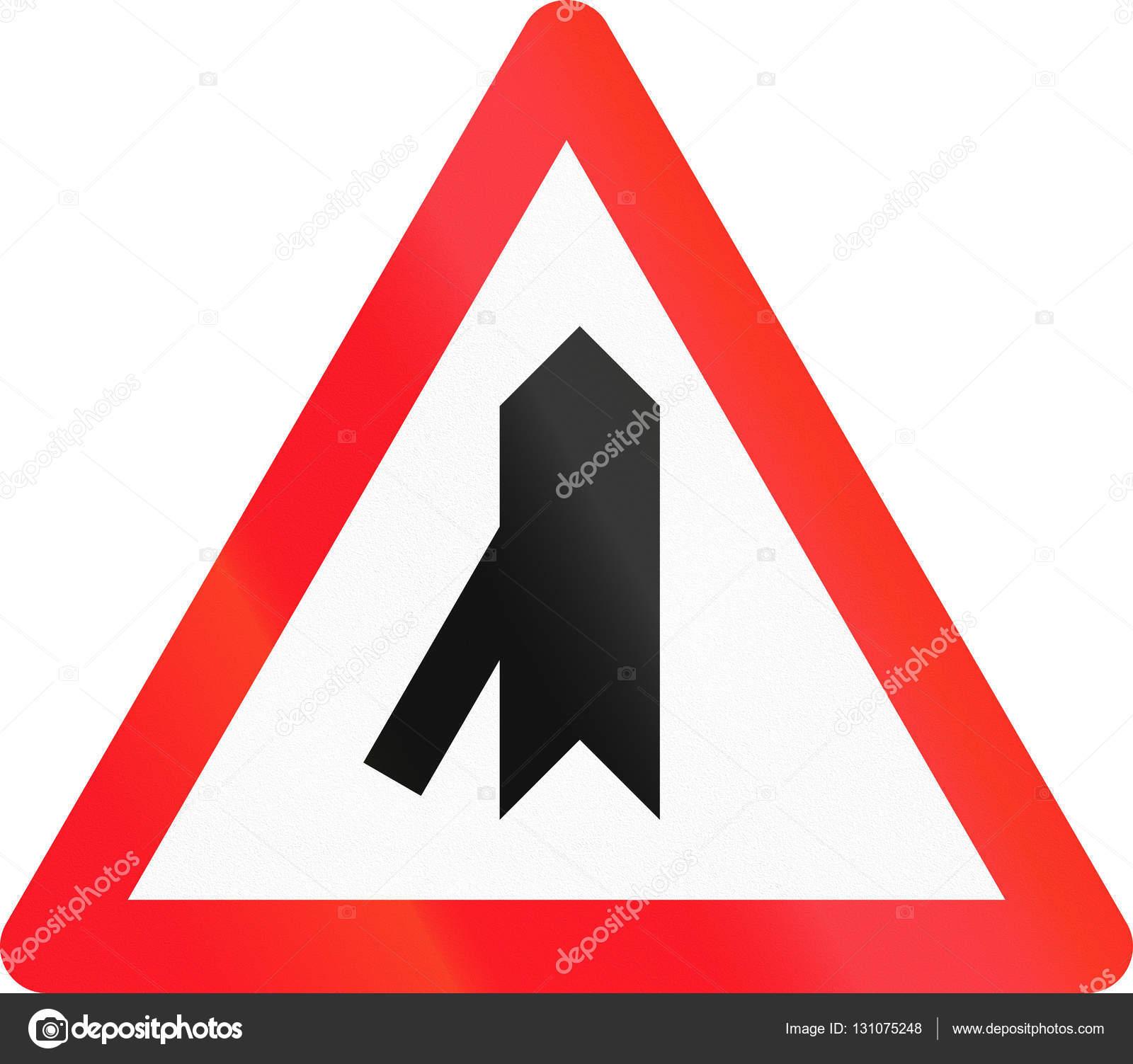 24498ee1ab42 Signo de carretera utilizado en Suiza - prioridad sobre cruce de izquierda  — Foto de Stock