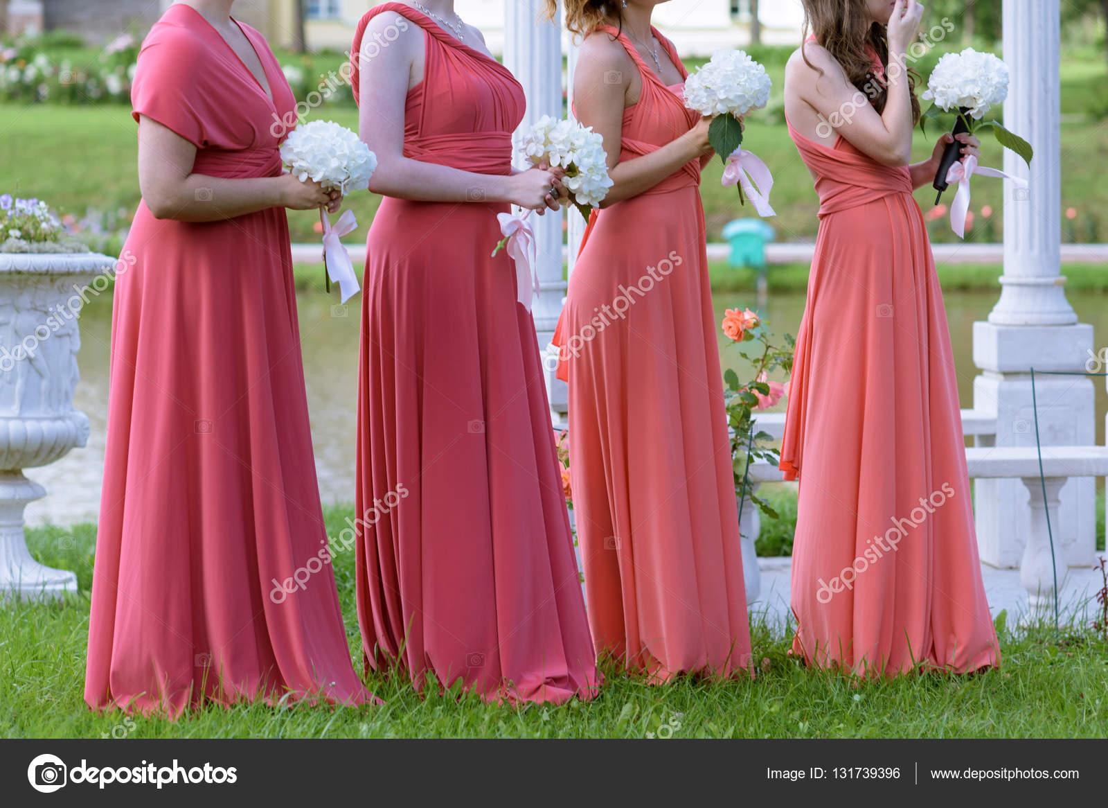 Hermosas damas de honor con Ramos de flores — Foto de stock ...