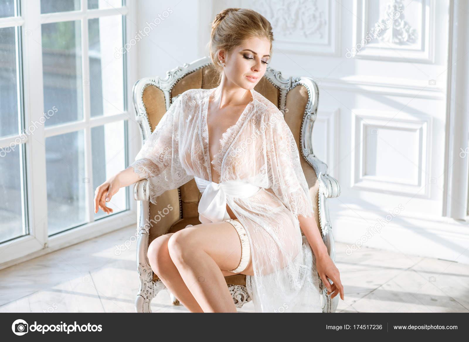 Сексапильная дама в халатике