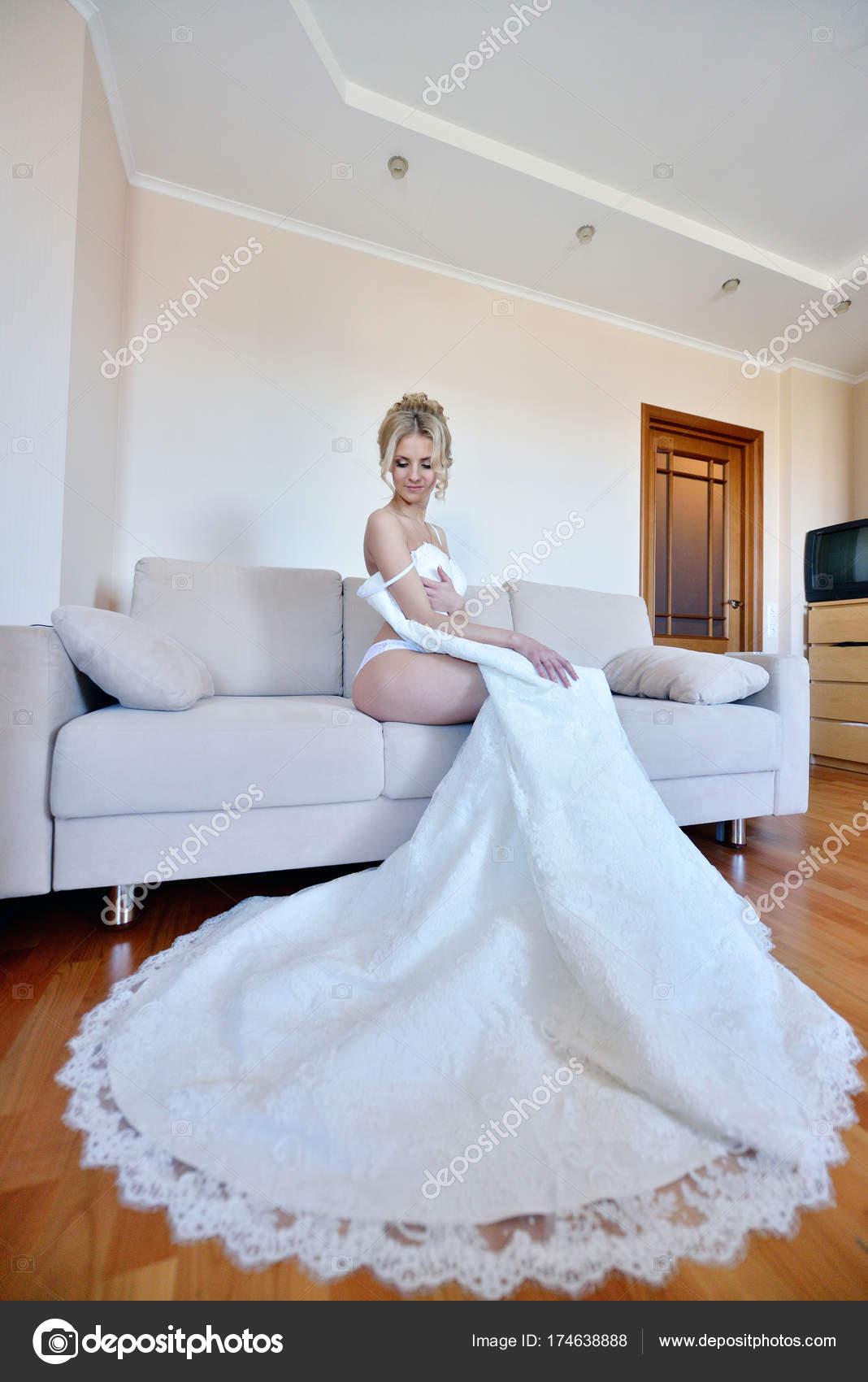 Schöne Braut in Dessous ist eine Brautkleid tragen. — Stockfoto ...