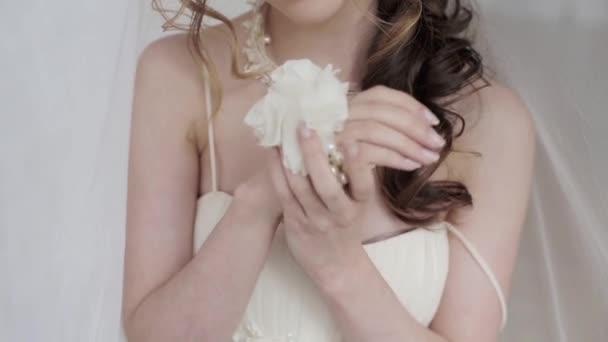 gyönyörű menyasszony, esküvői ruha stúdió pózol