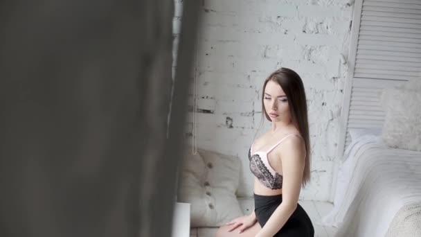 Sexy mladá žena pózování v prádle ve studiu