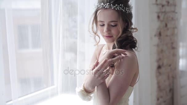 pózuje v ateliéru v svatební šaty krásná nevěsta