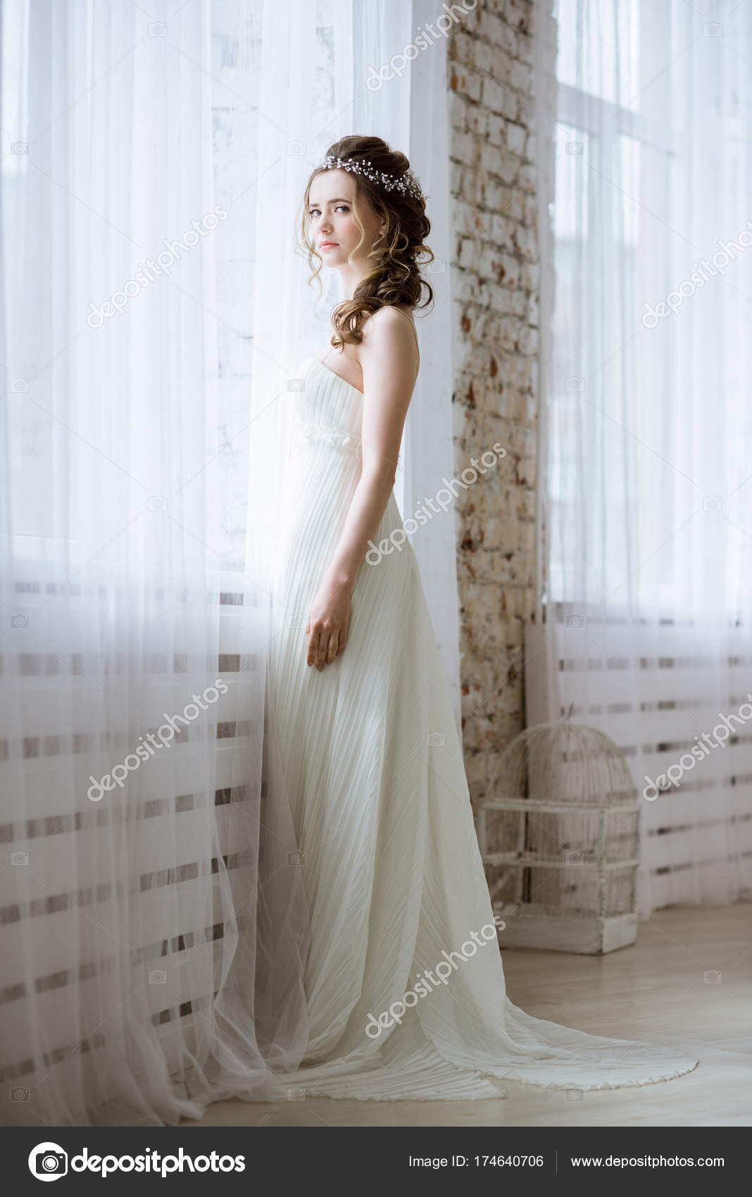 Brünette Braut in Mode weißen Brautkleid mit Make-up — Stockfoto ...