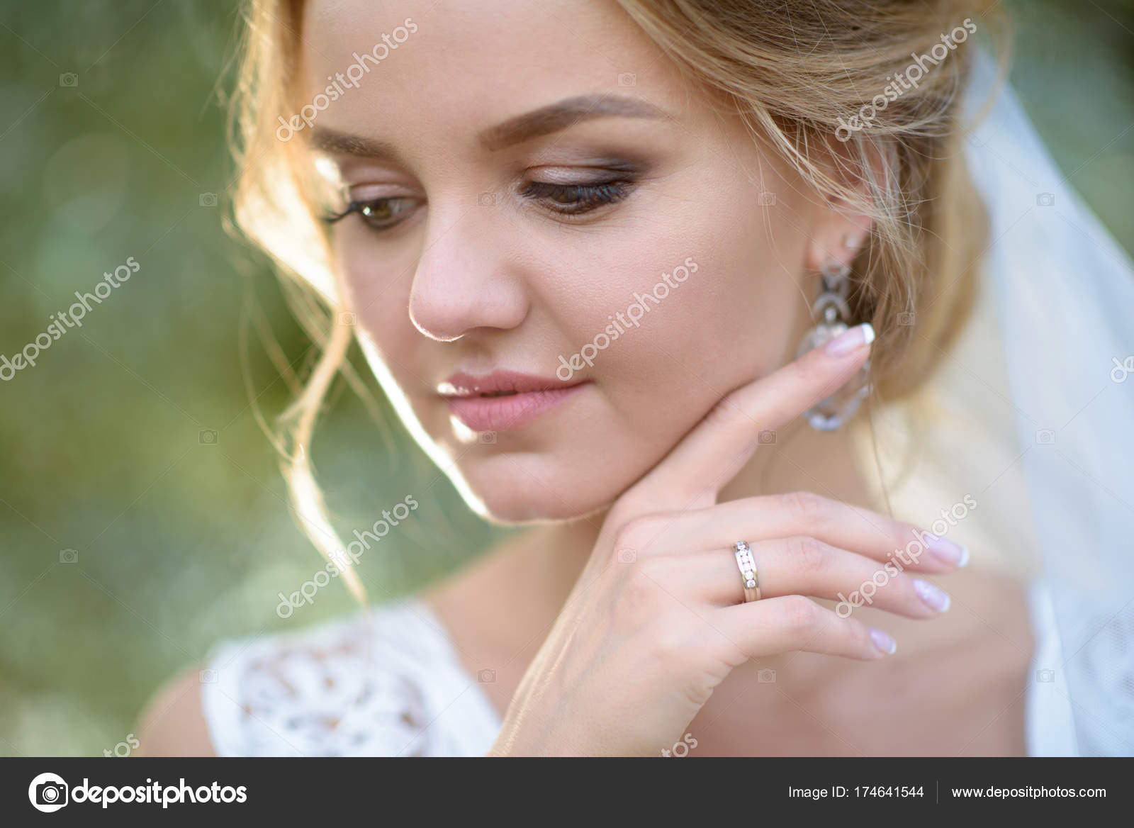 Novia belleza en vestido de novia con velo de encaje en la ...